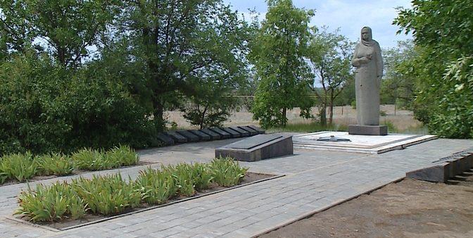 п. Приморск Быковского р-на. Памятник, установленный на братской могиле советских воинов, погибших во время Сталинградской битвы.