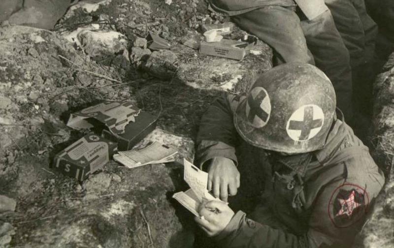 Медик из 2-й пехотной дивизии за ужином из К-рациона читает письмо из дома.