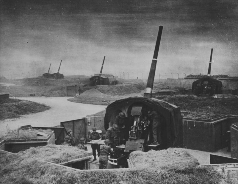 Британские 114-мм зенитные пушки на позиции в окрестностях Лондона. 1940 г.