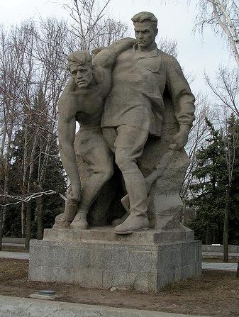 Памятник «Поддерживая раненого товарища».