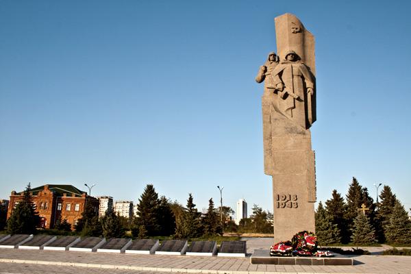 г. Волжский. Памятник, установленный на братской могиле участников гражданской войны и советских воинов, погибших во время Сталинградской битвы.