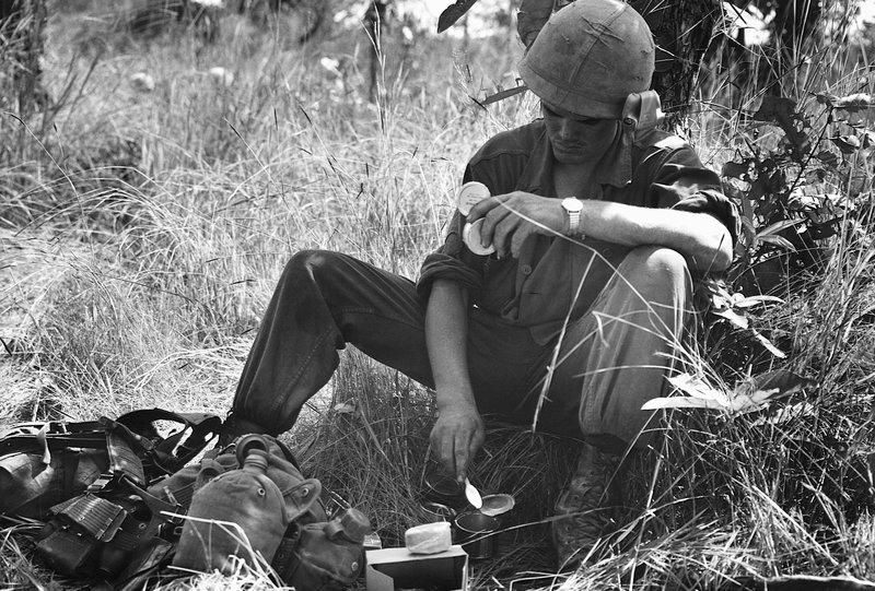 Пехотинец принимает пищу из К-рациона.
