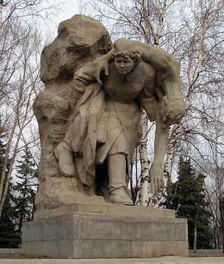 Памятник «Девушка-санитарка».