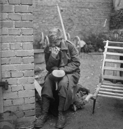 Пленный «флакхельфер» Ганс-Георг Хенке в городе Рехтенбах. Март 1945 г.