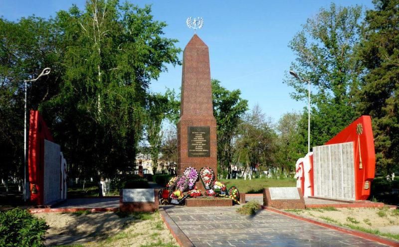 г. Калач-на-Дону. Обелиск, установленный в 1970 году на братской могиле, в которой похоронено свыше 1200 советских воинов. Последняя реконструкция была проведена в 2009 году.