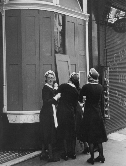 Официантки закрывают ставни окон ресторана «Лайон-Корнер-Хаус» в Лондоне пере авианалетом.