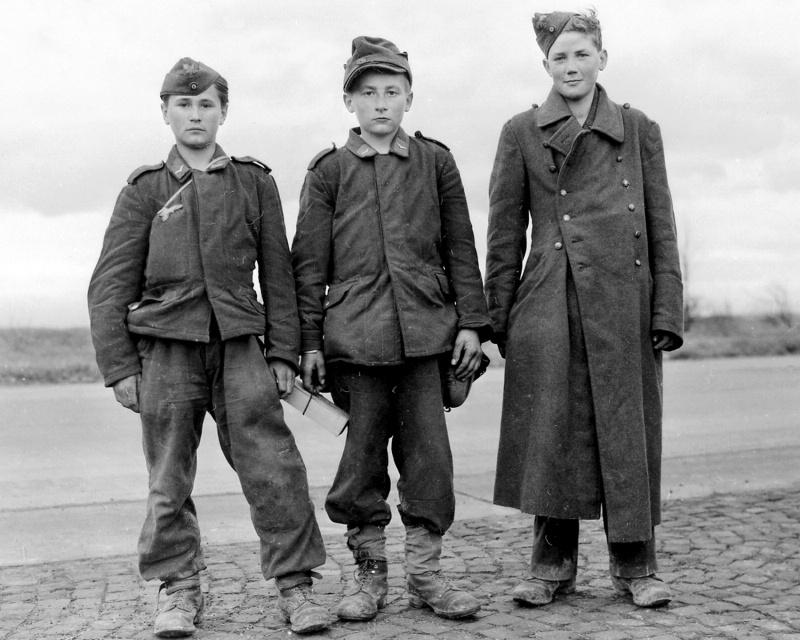 «Флакхелферы», взятые в плен американцами в Гиссене. Германия. Март 1945 г.