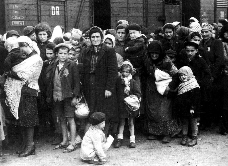 Прибытие евреев с детьми в Освенцим. 1944 г.