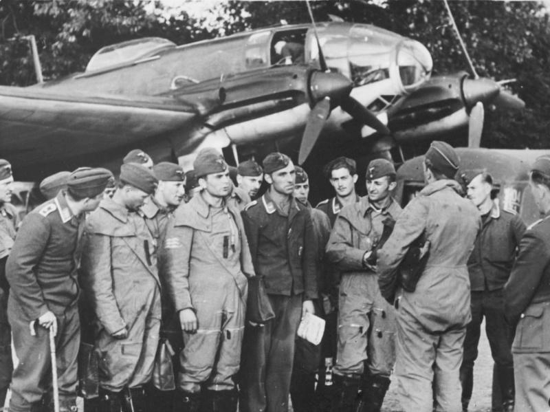 Экипажи бомбардировочной эскадры Люфтваффе получают предполетный инструктаж у бомбардировщика Хейнкель He-111. 1940 г.