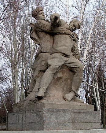 Памятник «Солдат поддерживает смертельно раненого офицера-командира».