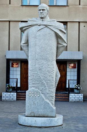 г. Волжский. Памятник Г.К. Жукову, установленный в 2000 году у здания военкомата.