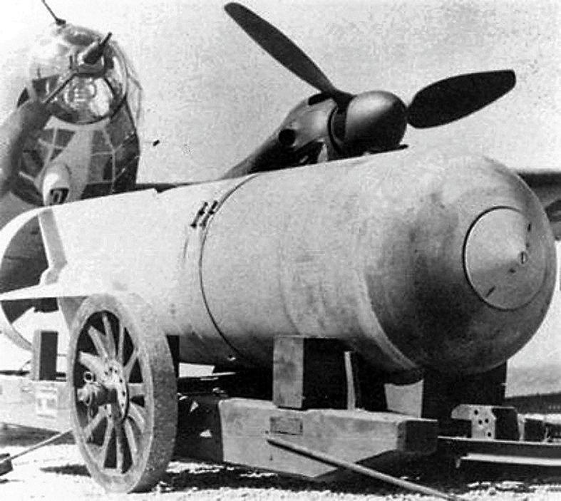 Немецкий бомбардировщик Heinkel He 111H с бомбой SC 2500. 1940 г.