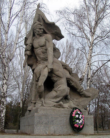 Памятник «Солдат берет знамя части из рук падающего раненого воина-знаменосца».