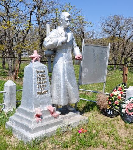 г. Калач-на-Дону, п. Дом отдыха. Братская могила советских воинов, погибших в годы войны.
