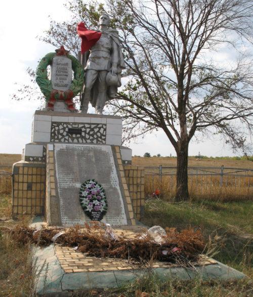 х. Амелино Фроловского р-на. Братская могила советских воинов, погибших во время Сталинградской битвы.