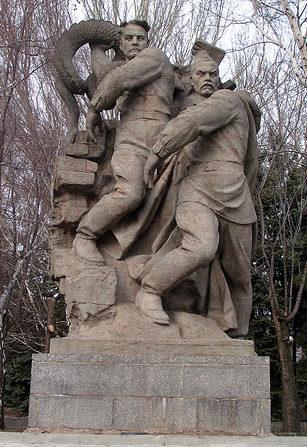 Памятник «Молодой и бывалый солдаты, бросающие фашистскую свастику и гадюку»