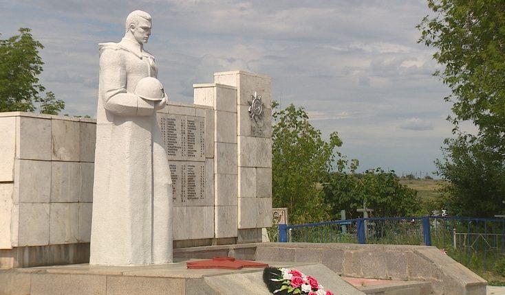 п. Отрадное Михайловского р-на. Памятник на братской могиле воинов.