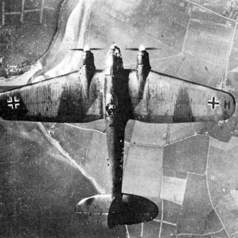 Немецкий бомбардировщик Heinkel He-111 над Британией. 1940 г.
