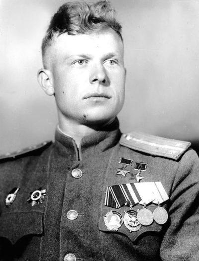 Дважды Герой Советского Союза капитан Сенько. 1945 г.