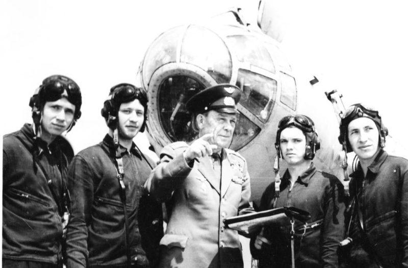 Сенько с курсантами авиаучилища. 1965 г.