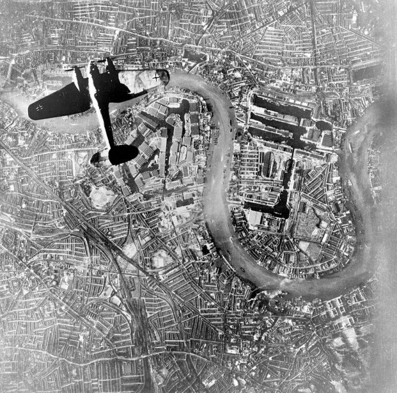 Heinkel He-111 над доками Лондона. 1940 г.