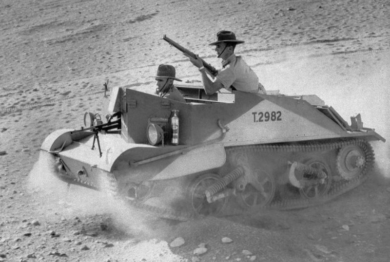 Австралийцы на трофейной танкетке. 1941 г.