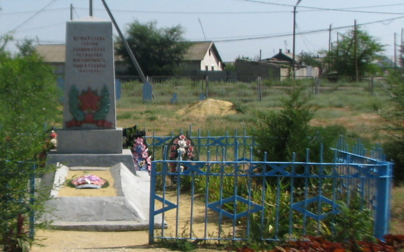 с. Червленое Светлоярского р-на. Братская могила советских воинов у школы.