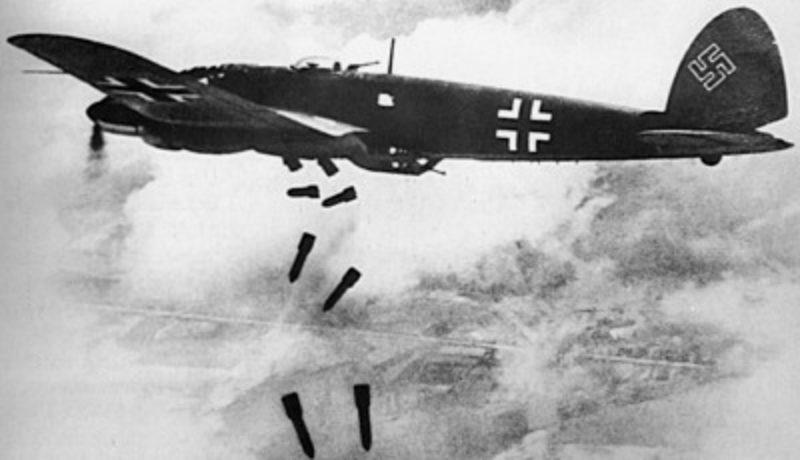 Немецкий бомбардировщик Heinkel He 111H сбрасывает бомбы.