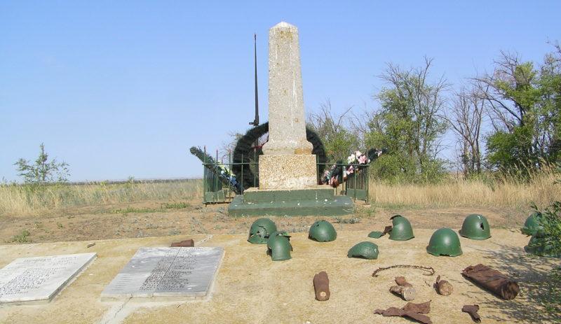 х. Бородин Городищенский р-на. Памятник на месте героической обороны высоты 33-ма воинами 1279-го стрелкового полка 87-й стрелковой дивизии 62-й армии.