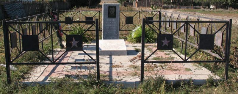 х. Грачи Фроловского р-на. Могила летчика В.Р. Серова, погибшего во время Сталинградской битвы у клуба.