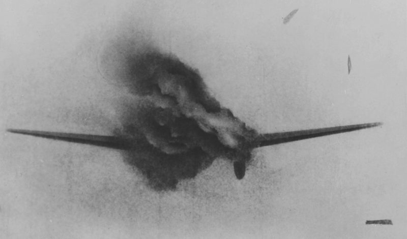Горящий немецкий бомбардировщик He-111 под огнем британского истребителя. 1940 г.
