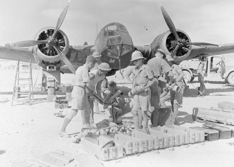 Подвеска бомб на британский бомбардировщик. 1941 г.