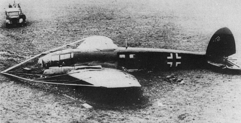 Сбитый англичанами бомбардировщик He-111 Н-8 с приспособлением для перерезания тросов аэростатов заграждения. 1940 г.