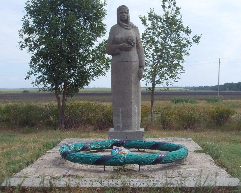 х. Троицкий Михайловского р-на. Памятник «Скорбящая мать», установленный на братской могиле советских воинов.