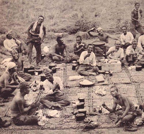Питание пехотного отделения в полевых условиях.