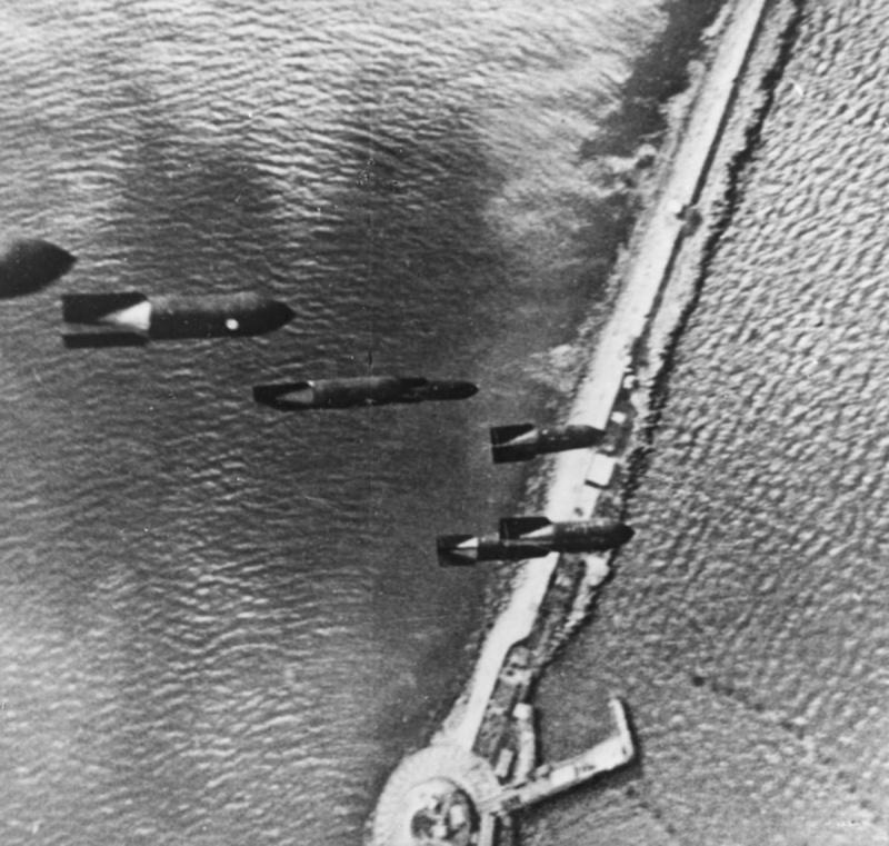 Немецкие авиабомбы в полете над молом в районе английского городка Портленд. 1940 г.