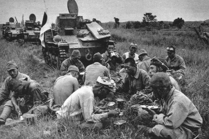 Подразделение танкистов обедает в поле.