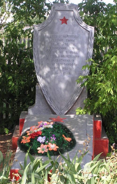 х. Бобровский-I Серафимовичского р-на. Братская могила советских воинов.