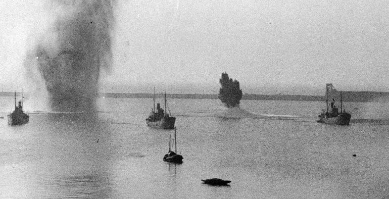 Британские торговые суда во время авианалета на английский порт Дувр. Июль1940 г.