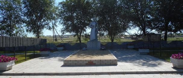 х. Верхнереченский Нехаевского р-на. Памятник воинам и партизанам, погибшим в годы войны.