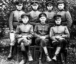 Командир роты голубиной связи М.Н. Богданов (в первом ряду в центре) среди сослуживцев. 1943 г.