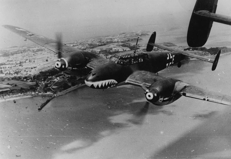 Немецкий тяжелый истребитель Мессершмитт Bf.110 над Ла-Маншем. 1940 г.