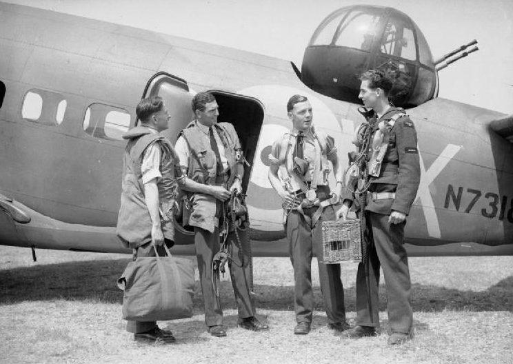 Экипаж бомбардировщика с клетками для голубей перед вылетом.