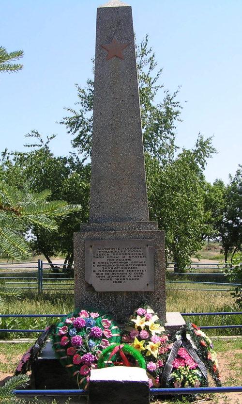 х. Большой Серафимовичского р-на. Братская могила советских воинов.