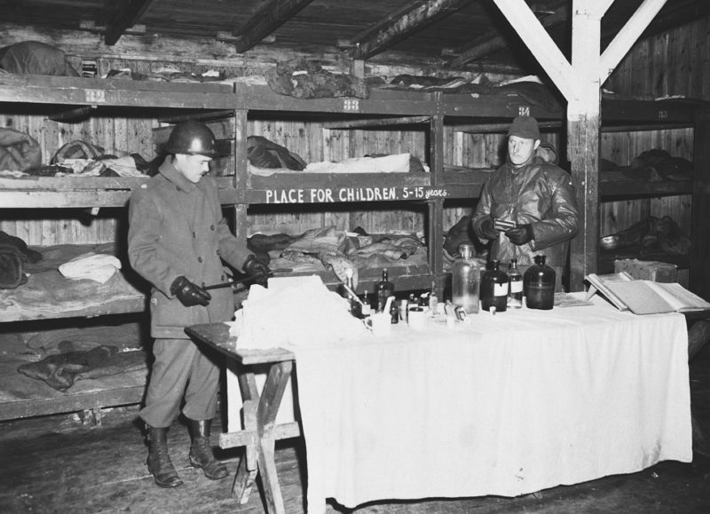 Американские солдаты в детском бараке концлагеря Бухенвальд. На табличке надпись - «Место для детей 5-15 лет». Апрель 1945 г.
