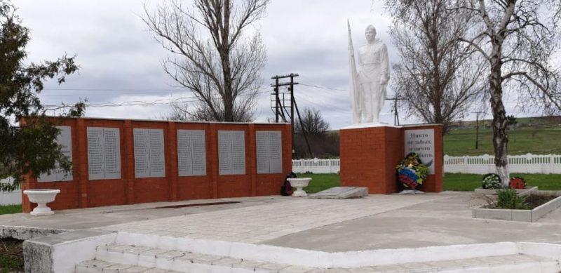 с. Краснополье Нехаевского р-на. Памятник землякам-краснопольцам, погибшим в годы войны.