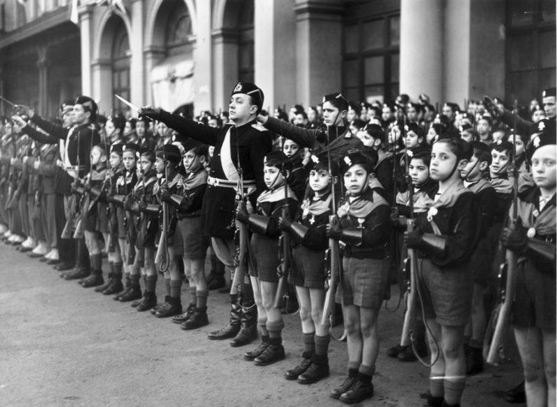 Бенито Муссолини на смотре детской организации «Балилла» в Риме. 1940 г.