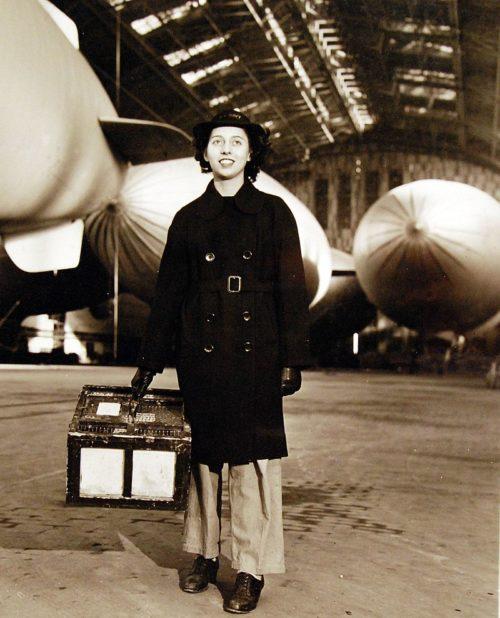 Погрузка голубей в самолет для тренировок. 15 февраля 1944 г.