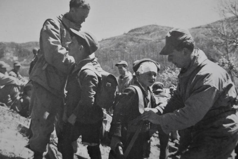 Итальянские мальчишки доставляют британским солдатам продукты на передовую. 1944 г.