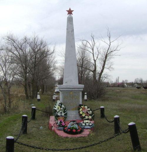 п. Пархоменко Калачевского р-на. Памятник- обелиск на братской могиле, установленный на берегу водохранилища.